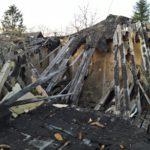 Eingefallenes Dach einer Holzhütte