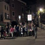 Die Menschen warten auf die Prozession Via Crucis