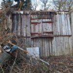 Seitenwand einer verfallenen Hütte
