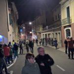 Immer mehr Leute sammeln sich und warten auf die Prozession Via Crucis