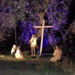 Jesus kniet vor dem Kreuz