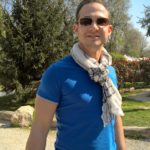 Patrick mit blauem Tshirt und Schal