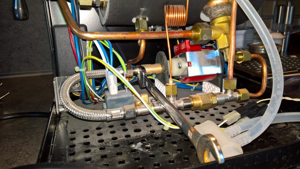 Blick ins Innere der ECM Mechanika IV. In Rot (von Stahlaufhängung umfasst) die Pumpe