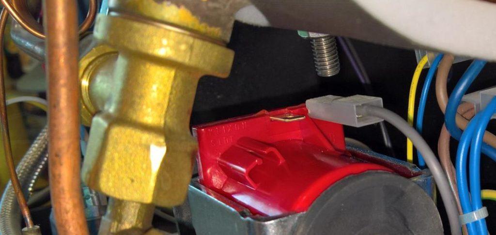 Das erste Kabel wird an die Pumpe angeschlossen.