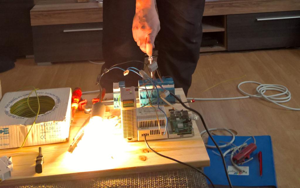 Es werde Licht. Ralf schaltet das Licht am Eltako Modul ein.
